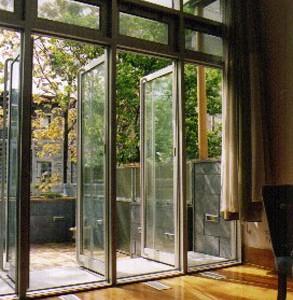 Le séjour et la terrasse en continuité