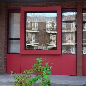 La fenêtre et son cadrage à l'entrée principale