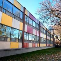 Perspective de la façade est avec les panneaux d'aluminium colorés