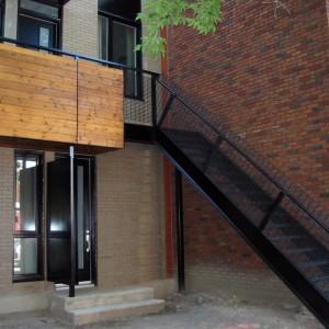L'escalier avant en acier peint et la balustrade du balcon