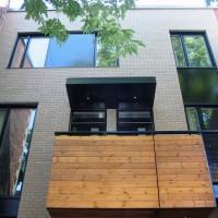 La façade avant avec balustrade du balcon